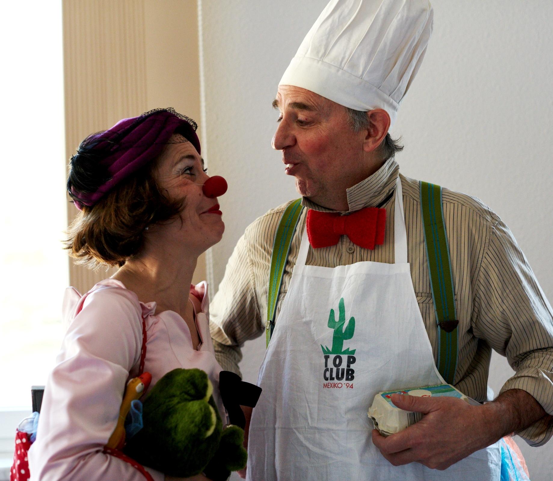 20.2.2015, Niederlehme. Performance der Clowns Sybille Uge und Paul Kustermann der ROTEN NASEN im Seniorenheim Niederlehme.